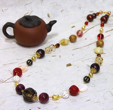 茶色と赤の大玉ロングネックレス