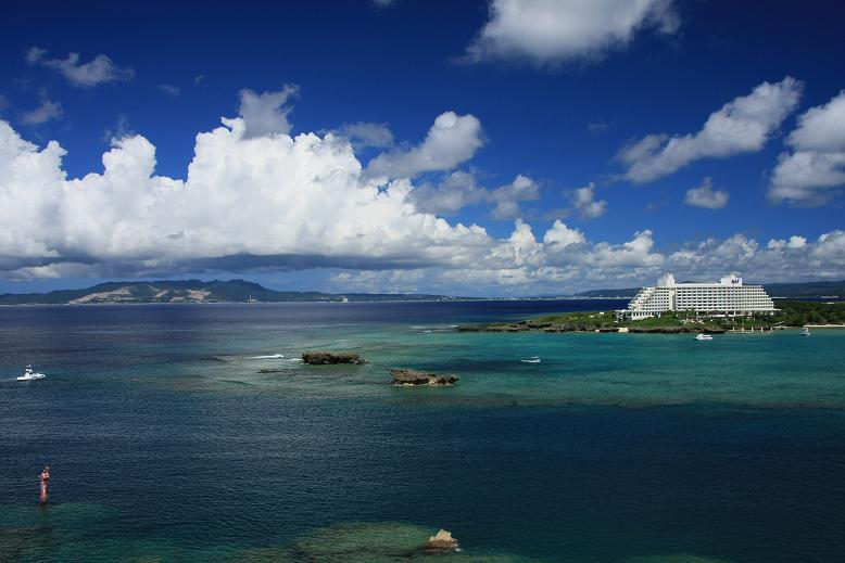 万座ビーチホテルと本部半島
