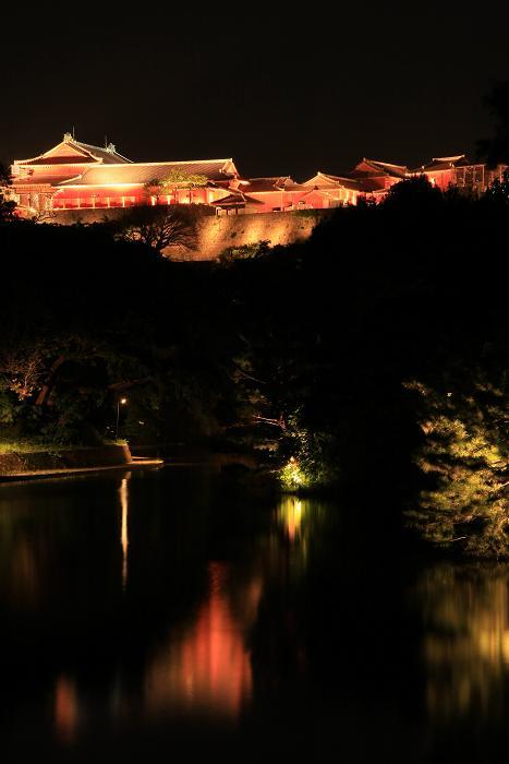 首里城と龍潭池(りゅうたん)