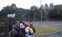 入間基地の正門に並ぶ
