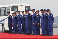 壇上にパイロット・着付長が整列している。