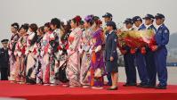 ミス航空祭による花束贈呈。