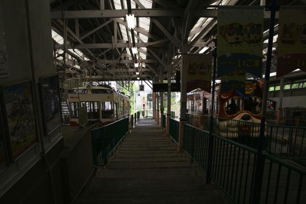 ケーブルカー宝山寺駅110811