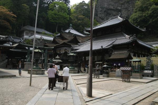 本堂と拝殿110922