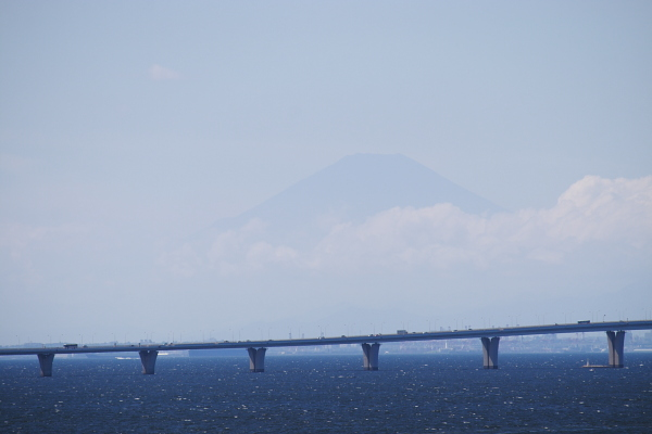 アクアライン越しの富士山111005