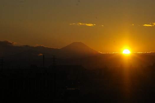 富士の近くに沈む陽