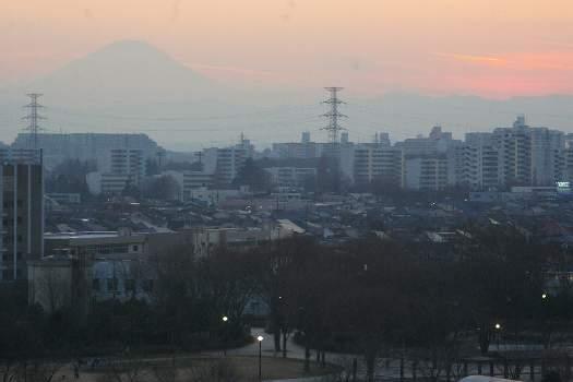 夕暮れにかすむ富士