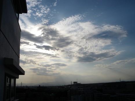 秋は遠いぞの雲
