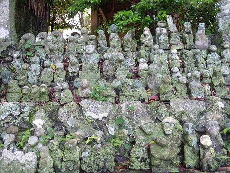 男岳山の石猿群