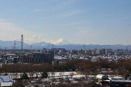 雪景色の向こうの富士