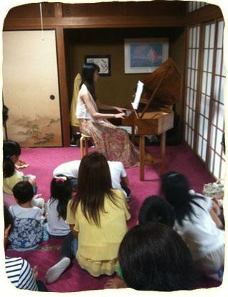 2011.8.22.斉藤さんの演奏中IMG_39 のコピー 320x