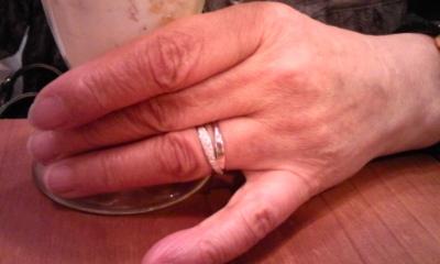 母、指輪をはめる①