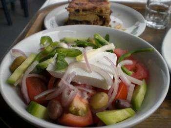 暑い夏の日にのどをうるおしてくれるみずみずしいサラダ
