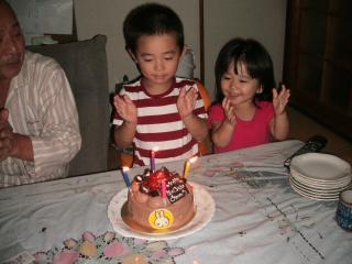 ケーキを前に自分で歌います