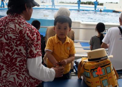 スナックで時間稼ぎーー; 20100521美ら海水族館