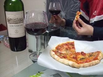 ピザにワイン