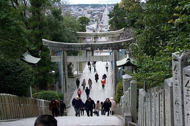 宮地嶽神社階段上から参道を望む(86710 byte)