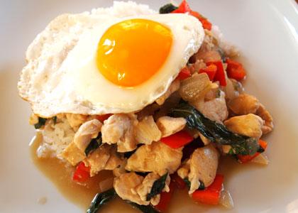 鶏肉とタイバジルの炒め物
