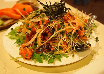 サーモンスキンと豆腐のサラダ
