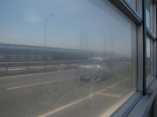 防音壁の窓から、23号線を見る