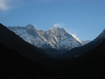 エベレストに当たる朝日