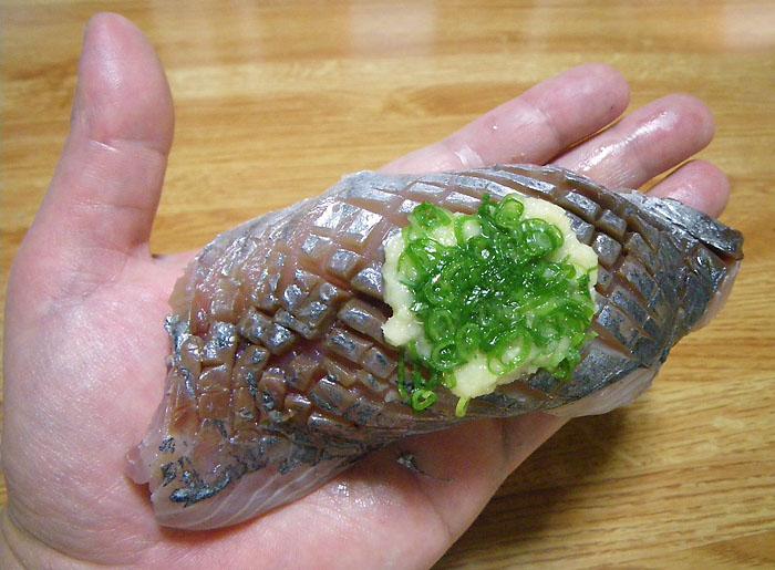 091025巨大アジの握り寿司2