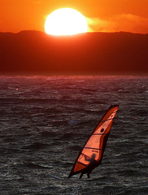 091115夕日とウインドサーファー2