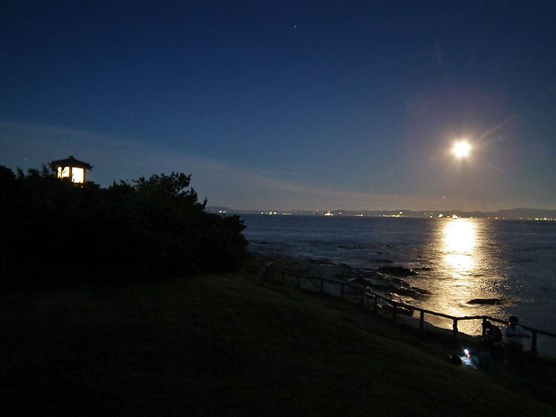 110715満月と燈明堂1