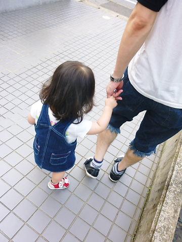 パパと手を繋いで