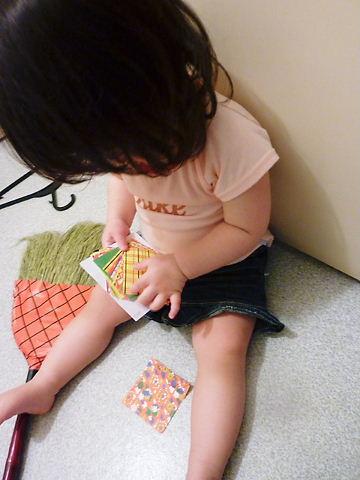 折紙で遊んでます
