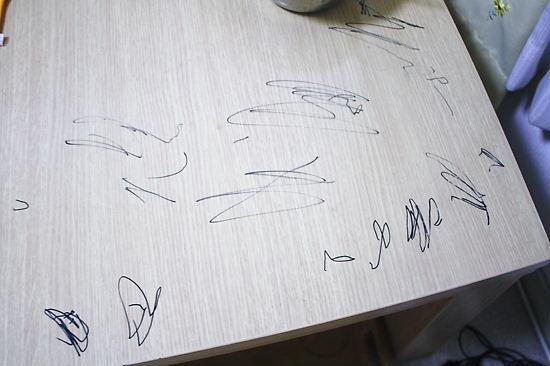 テーブルにいたずら書き