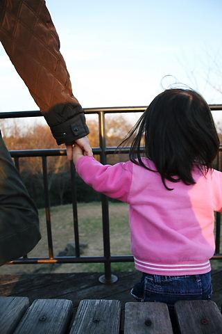 パパと手をつないで