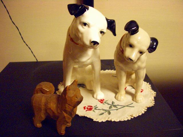 ニッパーくんたちと古い木彫りの秋田犬