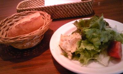 カメキチランチ201005ランチパンとサラダ
