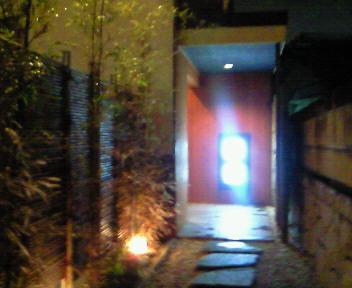 隠れ家のような入り口@須賀井
