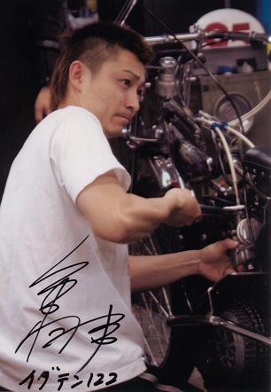 田村くんのバイクを整備する周平くん