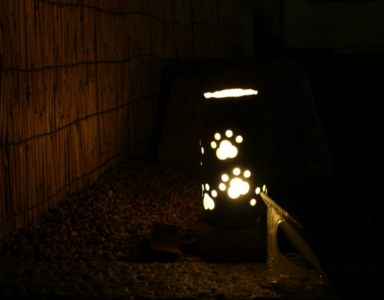 暗くて見えないけど、犬の絵が描かれてある。「ワンダフル」¥45,000-