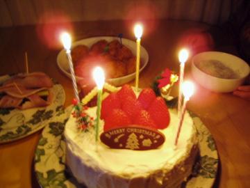 クリスマスケーキに火を灯す