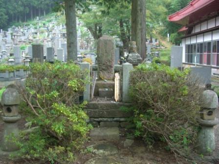 春日虎綱墓所