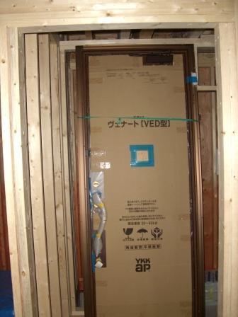 内装準備 玄関扉搬入