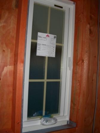 内装工事 お風呂の窓が入りました