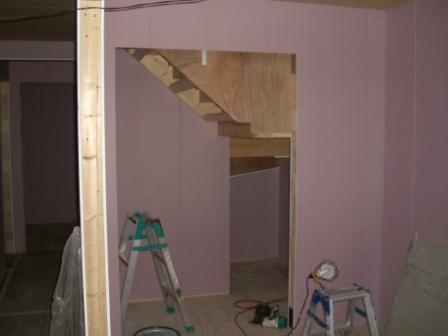 内装工事 階段下は押入れになります