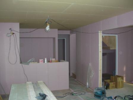 内装工事 リビングからキッチンを見ると