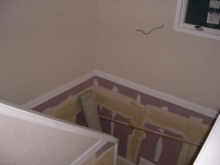 内装工事 階段スペースのクロス貼り①