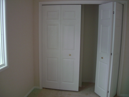 内装工事 2Fクローゼットの折れ戸施工