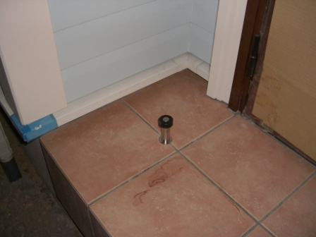 外装工事 玄関のドアストッパー