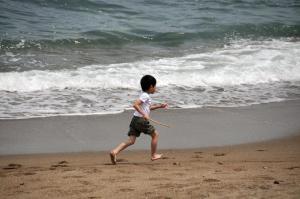 浜辺をはしる少年