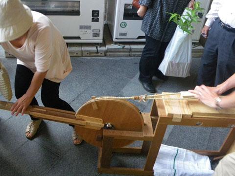 寄木細工を削ります