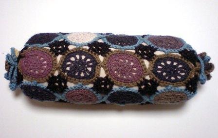 モチーフ編みのクッションカバー。