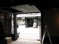 観光案内所より前のお店を覗き見る